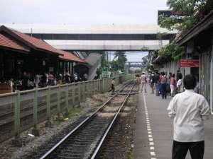 ドンムアン駅。やっと電車が来た。