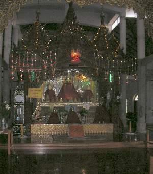 仏像は、電飾でピカピカ