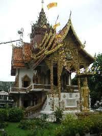 チェンマイでは、この程度のお寺は             いちいちガイドブックに載らない
