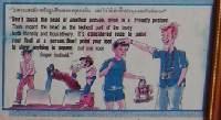 外人向けの観光の注意書き。             頭をなでられた少年が拳を固めて             一触即発の状態の図。