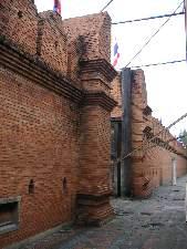 チェンマイの東に位置するターペー門             このような城壁がぐると街を囲っている