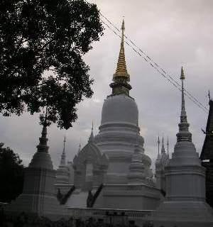沢山の白い仏塔が建ち並んでいる