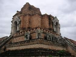ワット・チェディ・ルアンの仏塔             やはり象はタイのシンボルか