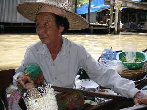 飯を売っている小舟             麺類だった