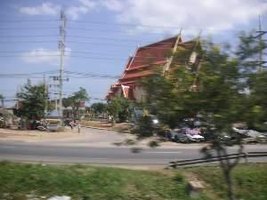 バスの車窓から。 お寺は何処にでもあるな。