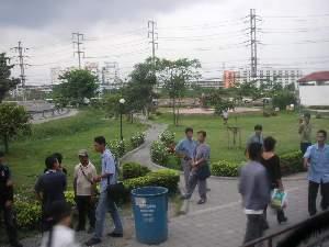 バス停留所近辺             何台ものバスが止まって、客引きをする。
