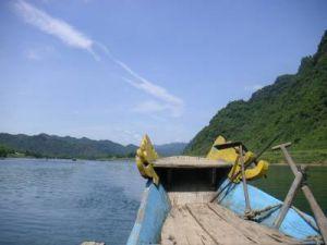 ホンニャ洞窟まではボートで向かう。 景色も良いし、これまた気分がよろしい。                   それにしても、世界遺産なのに観光客はベトナム人ばかりである。                   大きな街もなく、近くに駅もないので、交通の便が悪いからだろうか。