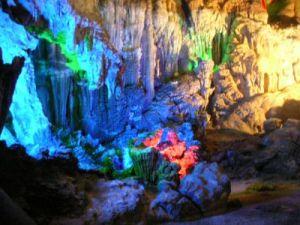 ホンニャ洞窟内部はライトアップされている。