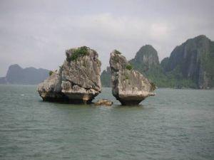 この一対の岩がなんかの謂われがあって有名らしいが ガイドが英語でわからず。
