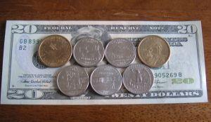 金色が$1コイン 銀色が25セント。皆柄が違う。