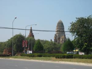 アユタヤを歩いていると、                   そこかしこに遺跡がニョキニョキ                   右の仏塔がワット・ラチャ・ブラナ