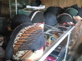 布をこういう形で頭に巻くのかと思ったら、この形の帽子の様になっていた。