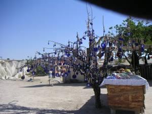 鳩の谷近辺             ナザール・ボンジュ(トルコの魔よけ)を             木に沢山つけて売っていた             まるでナザール・ボンジュの成る木